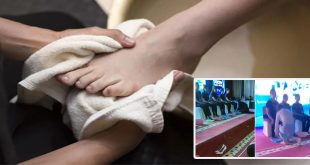 Boss washes feet of top-performing sales staff, Video Viral